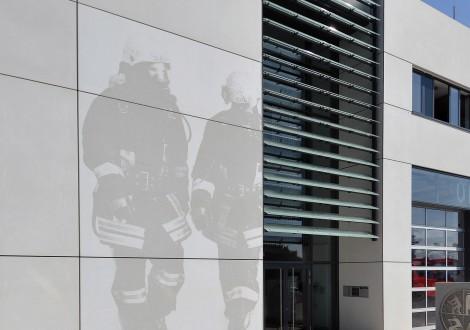 FABRINO Fotobeton Feuerwehrmann Betonelement Fassade