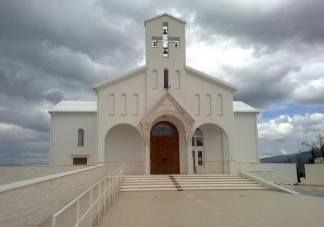 FABRINO Heratol Fußweg vor Kirche mit Waschbetonoberfläche 1