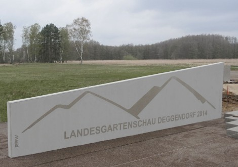 FABRINO Logobeton Schriftzug und Logo auf Betonfertigteil GaLA-Element Landesgartenschau