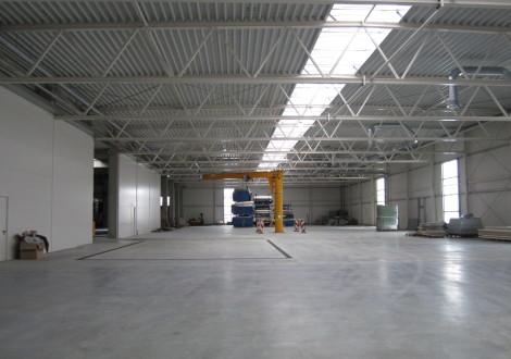 FABRINO High Grade Industrieboden Produktionshalle mit Kunststoffaserbewehrung keine Korrosionflecken an Betonoberfläche